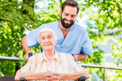 Vous souhaitez vous reconvertir et exercer le métier d'aide-soignant ? Découvrez la formation à distance du Cours Minerve !