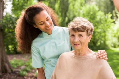 Vous souhaitez vous reconvertir et exercer le métier d'aide-soignante ? Découvrez la formation à distance du Cours Minerve !