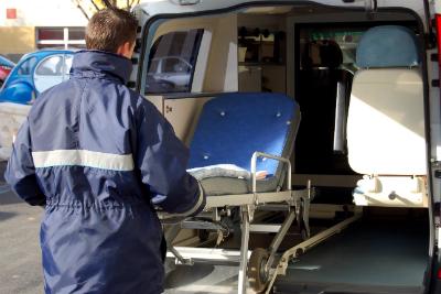 Vous souhaitez vous reconvertir et exercer le métier d'ambulancier ? Découvrez la formation à distance du Cours Minerve !