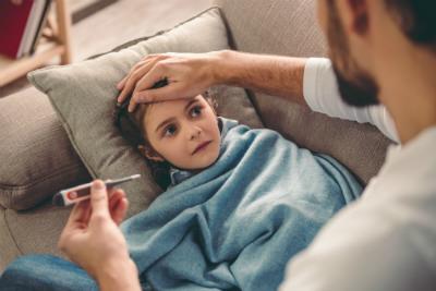 La saison hivernale arrive à grand pas et, avec elle, les virus et autres maladies liées au froid. Qu'est-ce que la grippe ? Quels sont les symptômes et moyens de prévention ? Pourquoi conseille-t-on de se faire vacciner ?