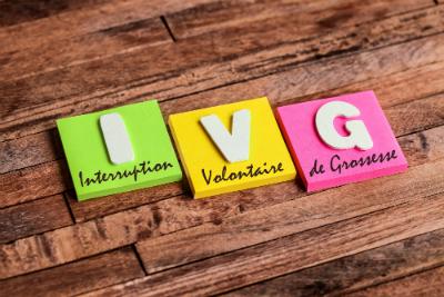 Malgré la loi, le droit des femmes à réaliser une IVG est souvent remis en question. Pourquoi ? Qu'est-ce qu'une IVG et quels sont les droits des bénéficiaires ?